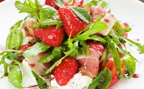 Salade de roquette aux fraises et au jambon cru, vinaigrette au miel