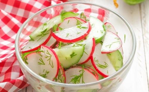 Salade fraîche de concombre et radis