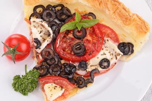 Tarte tomate, chèvre et olives noires