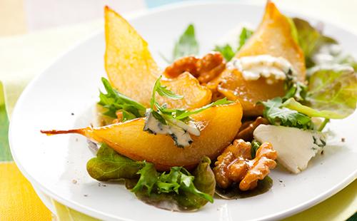Salade de poires caramélisées au bleu et aux noix
