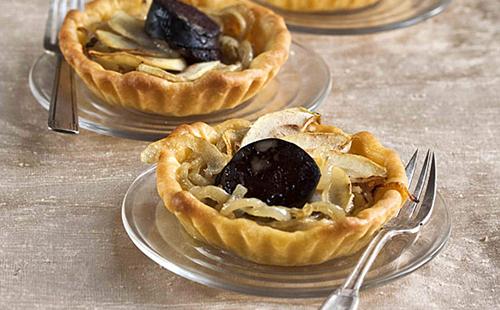 Tartelettes au boudin noir, oignons et pommes