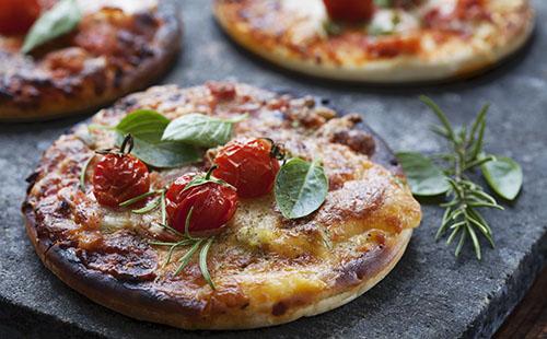 Mini pizzas au jambon et romarin