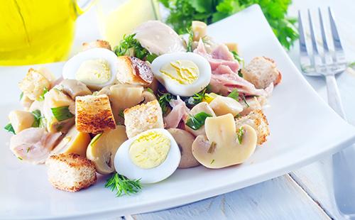 Salade aux oeufs de caille, jambon et croûtons