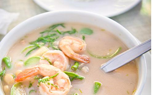 Soupe de nouilles thaï dans un mug