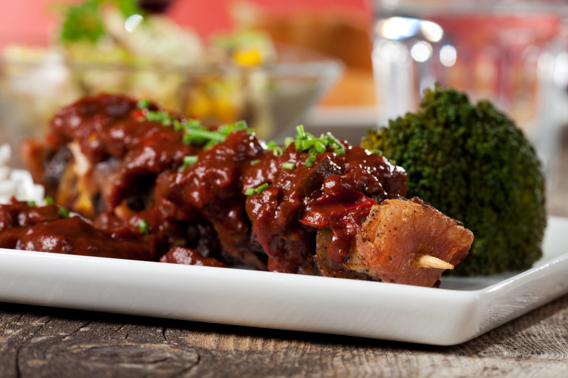Brochette de porc grillée et ses brocolis vapeur