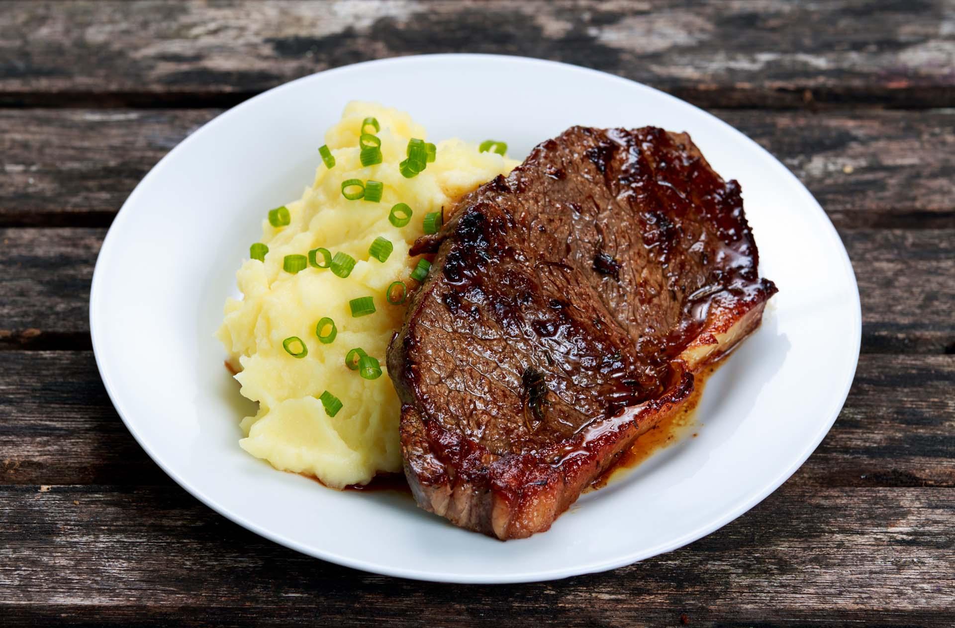Steak grillé à l'écrasée de pommes de terre