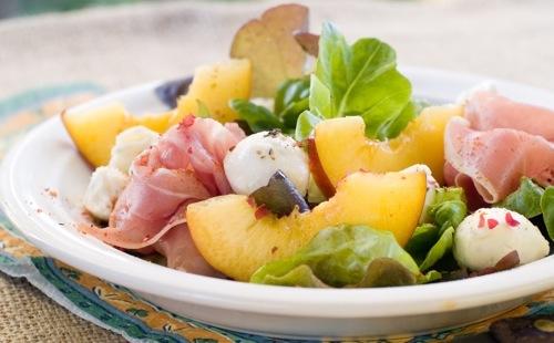 Salade de pêches, jambon et mozzarella