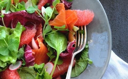 Salade de pamplemousse, saumon fumé et radis