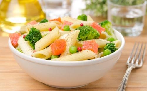 Salade de pâtes aux brocolis, petits pois et saumon fumé