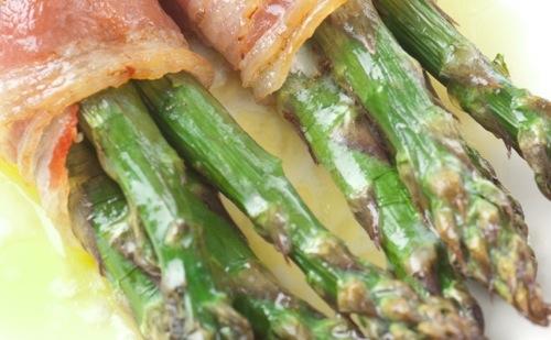 Asperges au bacon et œuf coque