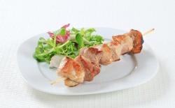 Brochettes de porc et salade