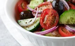 Salade, tomate, féta et olives noires