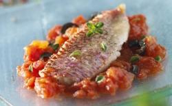 Filets de rouget aux tomates et olives noires