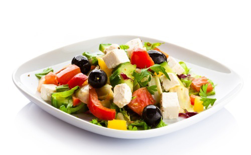 Salade d'avocats, feta, tomates et olives