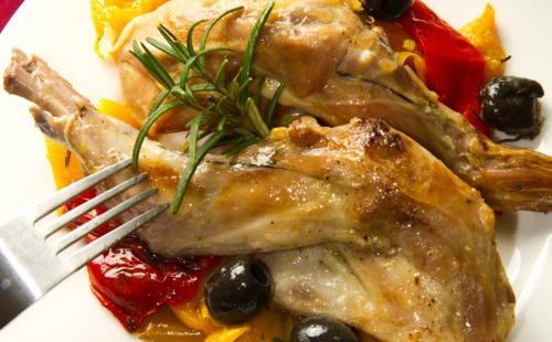Lapin à la moutarde avec olives et poivrons