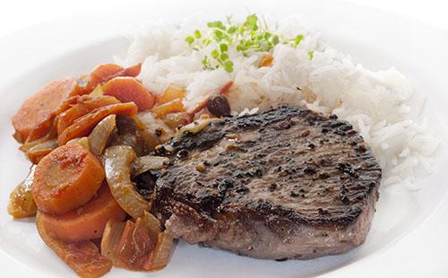 Bifteck aux échalotes, carottes et riz