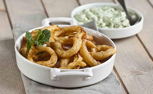 Onion rings (beignets d'oignon) et pesto à la menthe