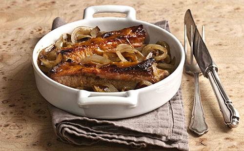 Oignons confits au cidre et travers de porc au miel
