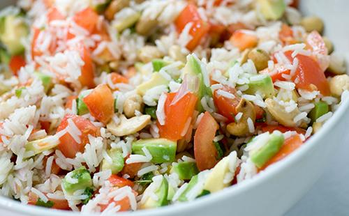 Salade de riz aux tomates et à l'avocat