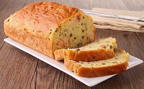 Cake au saumon fumé et citron, salade verte