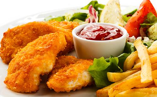 Nuggets de poulet maison, frites et salade