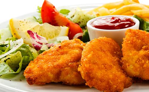 Nuggets de dinde maison, frites et salade