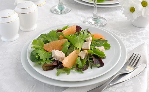 Salade de poulet au sésame, pousse d'épinards et pamplemousse