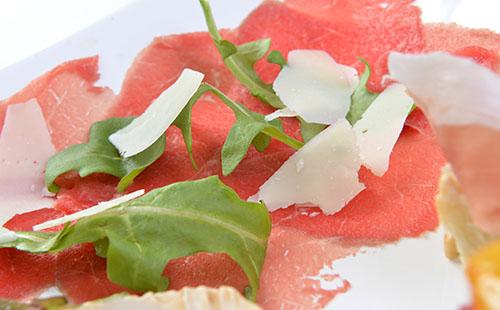 Salade de roquette au jambon cru et au parmesan