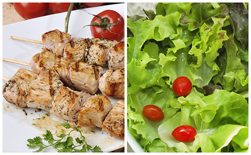 Brochette de porc, salade verte et vinaigrette à l'ancienne