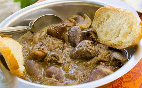 Coeur de porc au vin blanc et oignons
