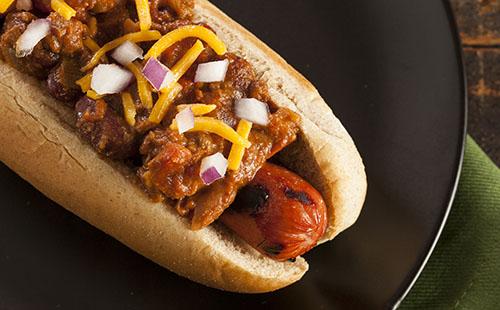 Merguez hot dog, carottes marinées et aïoli au cumin