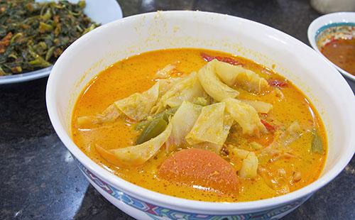 Aloo tama (pommes de terre au pousses de bambou)
