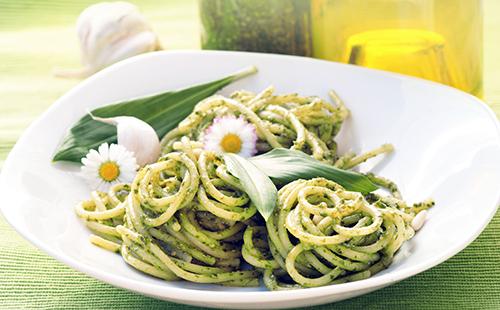 Spaghetti printanier aux noisettes et à l'oseille