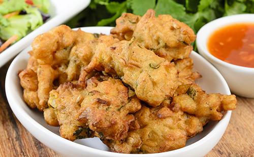 Beignets de pomme de terre indiens et chutney de cacahuète