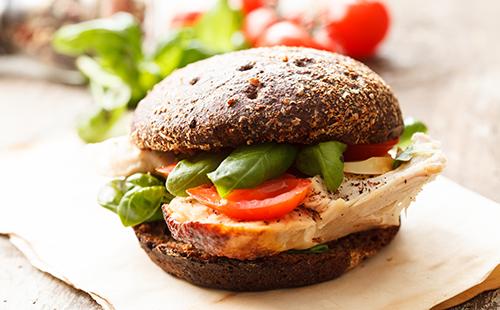 Sandwich au rôti de porc, tomate et basilic