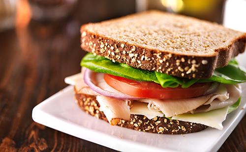 Sandwich dinde fromage crudités