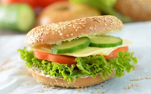 Bagel végétarien aux crudités