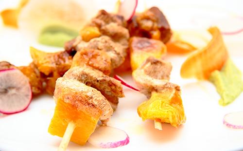 Brochettes de filet mignon et d'ananas sauce soja