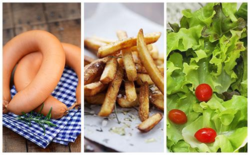 Saucisses de porc, frites au four et salade
