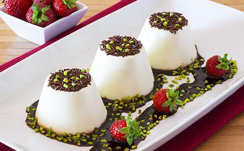 Panna cotta au coulis de chocolat et pistaches