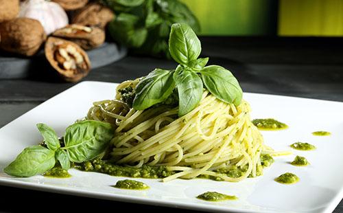 Spaghetti au pesto et aux noix