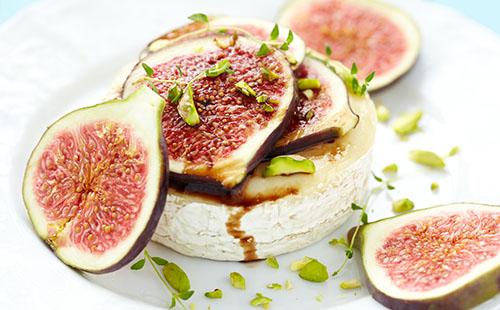 Camembert rôti aux figues et aux pistaches