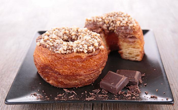 Cronut glaçage au chocolat (croissant + donut)