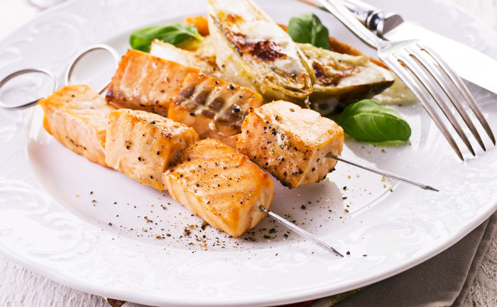 Brochette de saumon et endives braisées gratinées