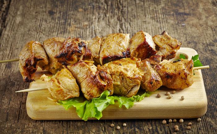 Brochettes de porc marinade maison et salade