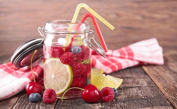 Detox water framboises, cerises, myrtilles et citron vert