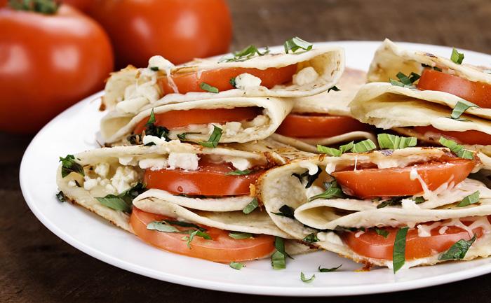 Quesadillas au fromage aux herbes et tomate