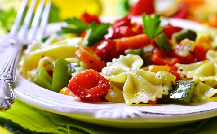 Farfalles aux poivrons, tomates fraîches et séchées
