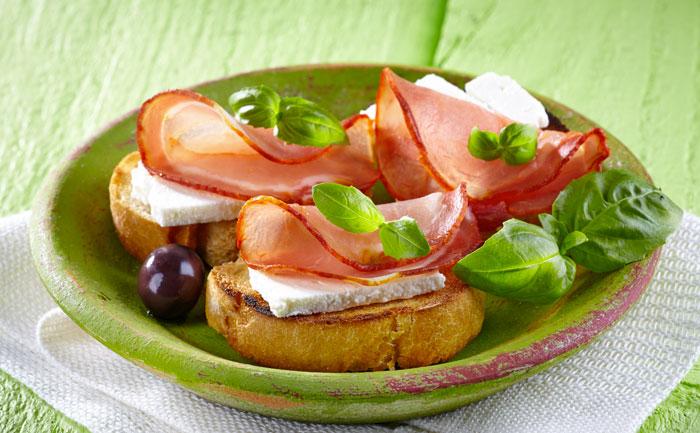 Tartine au bacon, olives noires et chèvre