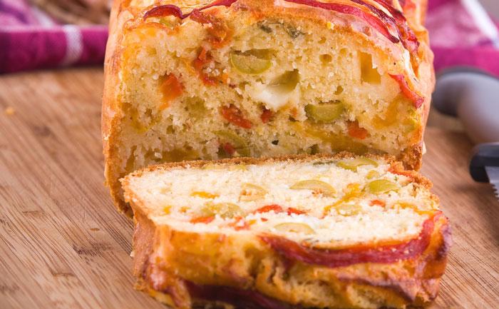 Cake aux olives vertes et poivrons rouges